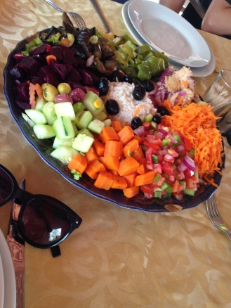 Almoço servido em um oásis no deserto